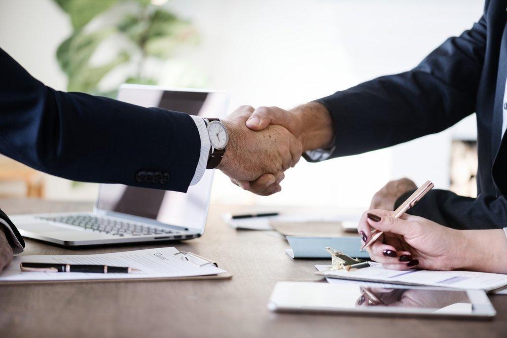 Unternehmensservice -  Hände reichen